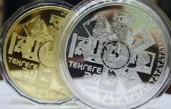 Коллекционные монеты, выпущенные к 20-летию тенге, в Национальном банке Казахстана в Алма-Ате 21 августа 2013 года. Национальный банк Казахстана со 2 сентября 2013 года привяжет курс тенге к корзине, состоящей из доллара США, евро и рубля РФ, говорится в сообщении Нацбанка. REUTERS/Mariya Gordeyeva