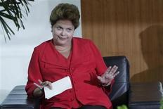 """Presidente Dilma Rousseff reage durante reunião com o secretário de estado dos EUA, John Kerry, no Palácio do Planalto, em Brasília. Nesta quarta-feira, Dilma justificou a recente alta do dólar no mercado brasileiro como resultado da política monetária dos Estados Unidos e lembrou que o Brasil tem grandes reservas internacionais, que chamou de """"bala na agulha"""", para lidar com essa turbulência. 13/08/2013. REUTERS/Ueslei Marcelino"""
