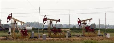 Oil pumpjacks are seen near the Belarussian village of Kaporovka, some 300 km (186 miles) southeast of Minsk, June 12, 2013. REUTERS/Vasily Fedosenko (