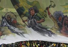 """Фанаты """"Анжи"""" растягивают баннер на матче против """"Ливерпуля"""" в Лиге Европы в Москве 8 ноября 2012 года. Распродавший почти всех лидеров """"Анжи"""" купил экс-защитника """"Кубани"""" Айоделе Аделейе, сообщил махачкалинский клуб на своем сайте в среду. REUTERS/Grigory Dukor"""