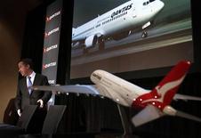 Le PDG de Qantas Airways Alan Joyce annonce les résultats du groupe, marqués par un doublement de son bénéfice d'exploitation annuel courant, la réduction des pertes de ses activités internationales ayant compensé le durcissement de la concurrence sur le marché intérieur australien. /Photo prise le 29 août 2013/REUTERS/David Gray