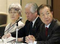 Shigeru Yokota (C) and his wife Sakie (L), parents of Megumi Yokota who was abducted by North Korea agents at age 13 in 1977, attend a luncheon with Japanese, Thailand and South Korean abductee families hosted by Japanese Prime Minister Shinzo Abe in Tokyo April 22, 2007. REUTERS/Issei Kato