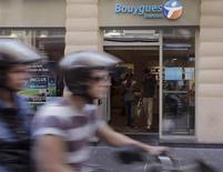Bouygues accuse jeudi la plus forte baisse des indices parisiens CAC 40 et SBF 120, Barclays et Natixis ayant abaissé leurs conseils sur la valeur, passant d'achat à neutre. Vers 10h40, le titre perd 3,4% à 24,48 euros tandis que l'indice CAC 40 avance de 0,38%. /Photo prise le 28 août 2013/REUTERS/Jacky Naegelen