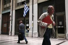 People walk past closed shops at an arcade in central Athens June 6, 2013. REUTERS/Yorgos Karahalis