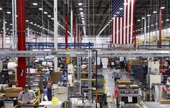 Trabalhadores montam aparelhos domésticos integrados na fábrica da Whirlpool em Cleveland, Tennessee, 21 de agosto de 2013. A economia dos Estados Unidos acelerou de maneira mais rápida que o esperado no segundo trimestre, graças ao aumento nas exportações, reforçando o cenário para que o Federal Reserve, banco central do país, reduza seu programa de estímulo econômico. 21/08/2013 REUTERS/Chris Berry