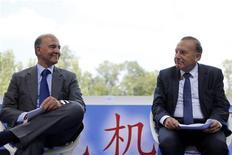 Le ministre de l'Economie et des Finances Pierre Moscovici, ici à Jouy-en-Josas, près de Paris, avec le nouveau président du Medef Pierre Gattaz, a assuré jeudi que le niveau des prélèvements obligatoires sur les entreprises n'augmenterait pas en 2014 et que les prélèvements et le coût du travail baisseraient les années suivantes. /Photo prise le 29 août 2013/REUTERS/Benoît Tessier