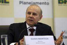 Ministro das Finanças Guido Mantega é visto durante coletiva de imprensa em Brasília. Mantega afirmou nesta quinta-feira que a Petrobras tem condições de bancar investimentos previstos no longo prazo, e que os reajustes dos combustíveis não se pautam pelo câmbio. 22/07/2013 REUTERS/Fabio Rodrigues-Pozzebom