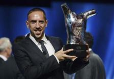 Jogador do FC Bayern de Munique, Frank Ribery, recebe prêmio de melhor joagador da UEFA 2013 em Mônaco. Ribéry conquistou o prêmio de Melhor Jogador da Uefa na temporada europeia de 2012/13, desbancando os concorrentes Lionel Messi e Cristiano Ronaldo. 29/08/2013 REUTERS/Jean Pierre Amet