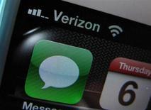 Vodafone Group a annoncé jeudi être en discussions avec Verizon Communications en vue d'une vente éventuelle de sa participation de 45% dans leur filiale mobile commune aux Etats-Unis, Verizon Wireless, une opération dont le montant pourrait atteindre 130 milliards de dollars (97,5 milliards d'euros) selon Bloomberg. /Photo d'archives/REUTERS/Mike Blake