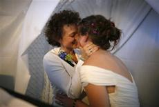 Anne Austin, 28, (L) and Jen Durham, 30, kiss as they get married in West Hollywood, California, in this July 1, 2013 file photo. All legal same-sex marriages will be recognized for U.S. federal tax purposes, the Obama administration said August 29, 2013, allowing married gay couples to claim the same tax benefits as their heterosexual peers. REUTERS/Lucy Nicholson/Files