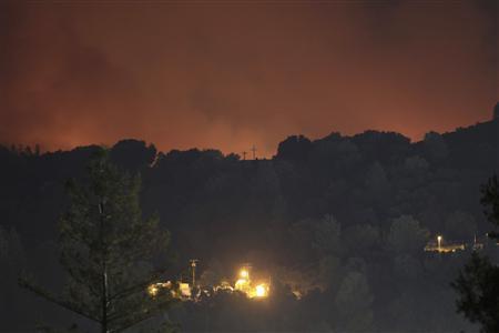 Yosemite wildfire still raging, keeps tourists away