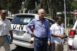 Ake Sellstrom (C), the head of a U.N. chemical weapons investigation team, stands outside Yousef al-Azma military hospital in Damascus August 30, 2013. REUTERS-Khaled al-Hariri