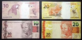 Unos billetes de 10 y 20 reales durante su presentación al mercado en la sede del Banco Central de Brasil en Brasilia, jul 23 2012. El superávit presupuestario primario de Brasil en julio se contrajo respecto de junio por una baja en los ingresos del Gobierno, mostraron el viernes datos del banco central, lo que sembró dudas sobre si el país podrá cumplir su objetivo de ahorro fiscal este año. REUTERS/Cadu Gomes