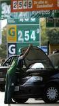 Un trabajador revisa el motor de un auto en una gasolinera de Sao Paulo, ago 22 2013. Trabajadores de la industria petrolera brasileña decidieron suspender una huelga de 48 horas planeada para el viernes y el sábado en la principal cuenca petrolífera del país, dijo un sindicato en representación de Sindipetro. REUTERS/Paulo Whitaker