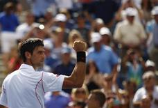 Novak Djokovic comemora vitória sobre Benjamin Becker no Aberto dos EUA nesta sexta-feira. REUTERS/Eduardo Muno