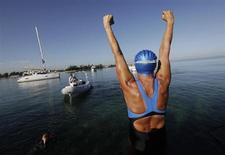 Nadadora de longas distâncias Diana Nyad vibra antes de iniciar tentativa de ir de Havana, Cuba a Key West, na Flórida, perseguindo um sonho que ela alega ter quase tirado a sua vida no ano passado. 31/08/2013 REUTERS/Enrique De La Osa