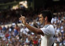 Meia do Real Madri, Isco, comemora gol durante Campeonato Espanhol na vitória do Real Madrid sobre o Athletic Bilbao, na Espanha. Em grande fase, Isco fez dois gols e ainda viu Cristiano Ronaldo marcar seu primeiro gol no jogo contra o time de Bilbao por 3 x 1 neste domingo, jogando em casa. 01/09/2013 REUTERS/Juan Medina