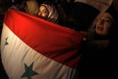 """Проживающие в Египте сторонники президента Сирии Башара Асада протестуют у штаб-квартиры Лиги арабских государств в Каире 1 сентября 2013 года. Сирия приветствовала """"историческое отступление Америки"""", упрекнув президента Барака Обаму в нерешительности и замешательстве, после того как тот отложил военный ответ на химическую атаку в пригороде Дамаска до итогов голосования в Конгрессе. REUTERS/Amr Abdallah Dalsh"""