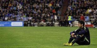 O meia do Real Madrid Kaká senta no campo durante partida contra o Zaragoza pelo Campeonato Espanhol no estádio La Romareda, em Zaragoza. Kaká concordou em retornar ao Milan na segunda-feira, depois de quatro anos infelizes no Real Madrid durante os quais ele passou de um dos melhores jogadores do mundo para um reserva, propenso a lesões. 30/03/2013. REUTERS/Albert Gea