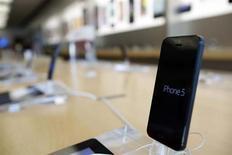 Um iPhone 5 fotografado em uma loja da Apple em Pasadena, Califórnia. A Apple lançou um programa de troca de modelos de iPhones mais antigos em suas lojas de varejo nos Estados Unidos, num momento em que se prepara para o lançamento de uma nova versão do smartphone. 22/07/2013. REUTERS/Mario Anzuoni