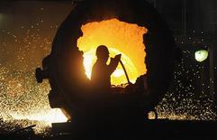 Un trabajador en un horno en una acería de Hefei, China, ago 18 2013. La actividad fabril en Europa experimentó un robusto crecimiento en agosto, mientras que en China se recuperó en medio de una creciente demanda, impulsando las perspectivas de una amplia recuperación económica ante el resurgimiento de la economía en Estados Unidos. REUTERS/Stringer