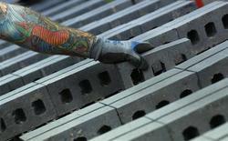 Un trabajador revisa una serie de ladrillos en la fábrica Wienerberger en Dosthill, Inglaterra, ago 8 2013. Los altos pedidos de bienes manufacturados ayudaron a la actividad fabril de la zona euro a subir en agosto a su ritmo más acelerado en más de dos años. REUTERS/Darren Staples
