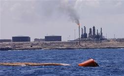 Imagen de archivo de la refinería petrolero y puerto de Zawiya en Libia, ago 22 2013. Libia empezó a importar diésel y fueloil para contrarrestar los crecientes cortes de energía, mientras las filas de conductores se extienden en las estaciones de servicio y la vida diaria se hace cada vez más difícil en medio de una crisis política. REUTERS/Ismail Zitouny