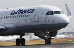 """Un avión A 320 de Airbus de la aerolínea Lufthansa en la pista """"Startbahn West"""" del aeropuerto de Fráncfort, jul 12 2013. La aerolínea Lufthansa tiene intenciones de reducir los costos de sus programas de pensiones, dejando de lado su actual plan de retiro en favor de un nuevo esquema en el que los pagos al personal estarán vinculados a la rentabilidad de sus inversiones. REUTERS/Ralph Orlowski"""