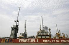 Imagen de archivo de la refinería El Palito en Puerto Cabello, Venezuela, sep 23 2009. La estatal Petróleos de Venezuela (PDVSA) detendrá la unidad de craqueo catalítico de la refinería El Palito, con capacidad para procesar 146.000 barriles por día, por aproximadamente 25 días para realizar mantenimiento, dijo el gerente de la unidad citado por un medio oficial el lunes. REUTERS/Edwin Montilva