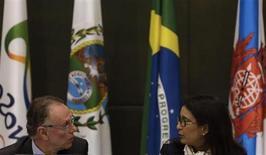 A marroquina Nawal El Moutawakel, do COI, conversa com Carlos Arthur Nuzman, presidente do comitê organizador dos Jogos do Rio-2016, durante entrevista nesta segunda-feira. REUTERS/Ricardo Moraes