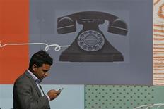 Les valeurs télécoms risquent de passer une nouvelle séance sous l'influence de Verizon et de Vodafone, qui ont confirmé lundi, après la clôture des Bourses européennes, un accord en vue de la cession par Vodafone de la totalité de sa participation dans leur coentreprise de téléphonie mobile aux Etats-Unis pour 130 milliards de dollars (98 milliards d'euros). /Photo prise le 2 septembre 2013/REUTERS/Stefan Wermuth