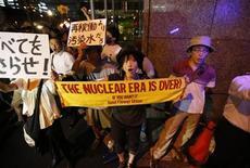 Протестующие против атомной энергетики держат транспаранты у штаб-квартиры Tokyo Electric Power в Токио 28 августа 2013 года. Япония пообещала потратить почти $500 миллионов, чтобы остановить утечки и очистить радиоактивную воду на пострадавшей от цунами атомной станции в Фукусиме в рамках ликвидации последствий самого крупного ядерного бедствия за последние десятилетия. REUTERS/Issei Kato
