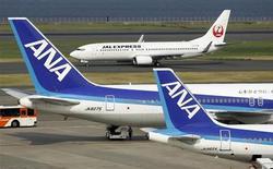Airbus semble avoir essuyé un nouveau revers dans ses efforts pour séduire les deux principales compagnies aériennes japonaises, Japan Airlines (JAL) et All Nippon Airways (ANA) qui se préparent à renouveler leurs flottes. Les deux compagnies semblent rester fidèles à Boeing, qui contrôle environ 80% du marché au Japon. /Photo prise le 8 août 2013/REUTERS/Toru Hanai