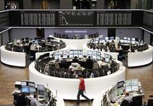 Трейдеры на торгах фондовой биржи во Франкфурте-на-Майне 27 августа 2013 года. Европейские акции снижаются с недельного максимума, а котировки Nokia выросли почти на 40 процентов после сообщения Microsoft о покупке подразделения финской компании по производству мобильных телефонов. REUTERS/Remote/stringer