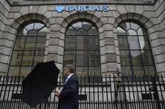 Barclays vendra sa banque de détail aux Emirats arabes unis (EAU), attestant des difficultés rencontrées par les banques étrangères à concurrencer leurs homologues du Golfe, mieux à même de s'accommoder d'une réglementation du risque devenue plus pointilleuse sous le régime de Bâle III. /Photo prise le 30 juillet 2013/REUTERS/Toby Melville