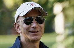 El presidente ejecutivo de Amazon, Jeff Bezos, a su llegada a una conferencia en Sun Valley, EEUU, jul 12 2013. Jeff Bezos, el fundador de Amazon que sorprendió al mundo cuando acordó la compra de Washington Post, dijo que guiará al periódico usando el mismo enfoque que hizo exitoso su sitio de ventas por internet y lo convirtió en el mayor minorista mundial virtual. REUTERS/Rick Wilking