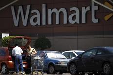 Un grupo de clientes a las afueras de una tienda de la cadena Wal-Mart en Ciudad de México, ago 15 2012. Las ventas comparables de Wal-Mart de México (Walmex), la mayor cadena minorista del país, habrían crecido marginalmente en agosto, apoyadas en un calendario favorable en medio de un consumo débil. REUTERS/Edgard Garrido