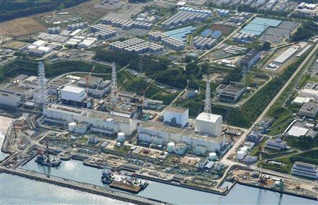 An aerial view shows the Tokyo Electric Power Co.'s (TEPCO) tsunami-crippled Fukushima Daiichi nuclear power plant and its contaminated water storage tanks (top) in Fukushima, in this photo taken by Kyodo August 31, 2013. REUTERS/Kyodo