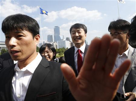 Lee Seok-Ki (2nd R, back row), lawmaker of opposition United Progressive Party and Lee Jung-Hee (3rd R, back row), head of the party, arrive at parliament in Seoul September 4, 2013. REUTERS/Lee Jae-Won