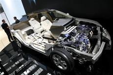 Автомобиль Lexus RX400h от компании Toyota на автошоу во Франкфурте-на-Майне 12 сентября 2007 года. Toyota Motor Corp отзывает около 200.000 джипов по всему миру, в том числе Lexus RX400h, из-за дефекта инвертора гибридного двигателя. REUTERS/Christian Charisius