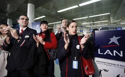 Un grupo de trabajadores de la aerolínea LAN realiza una protesta en el aeropuerto Jorge Newbery de Buenos Aires, ago 26 2013. Una jueza argentina extendió la vigencia de un amparo pedido por la filial local de la aerolínea LAN para evitar el desalojo de un hangar clave para sus operaciones en el aeropuerto de vuelos domésticos de Buenos Aires, informó el miércoles el Poder Judicial. REUTERS/Enrique Marcarian