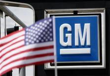 Una bandera de Estados Unidos detrás de un logo de General Motors en una concesionaria en Denver, jun 1 2009. Las ventas de automóviles en Estados Unidos mostraron buen ritmo y aumentaron un 17 por ciento en agosto, mientras la industria registró su mes más sólido desde el inicio de la recesión de 2007-2009. RTEUTERS/Rick Wilking