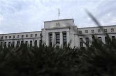 """El edificio de la Reserva Federal de Estados Unidos en Washington, jul 31 2013. La economía estadounidense se expandió a un ritmo """"modesto a moderado"""" en buena parte del país entre inicios de julio y finales de agosto, indicó el miércoles un reporte de la Reserva Federal que fue apenas lo suficientemente sólido como para reforzar el prospecto de un retiro de los estímulos monetarios. REUTERS/Jonathan Ernst"""
