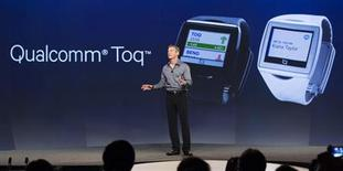Paul Jacobs, directeur général de Qualcomm, présente mercredi la Toq, une montre-bracelet capable de jouer de la musique et de prendre des appels et messages téléphoniques. /Photo prise le 4 septembre 2013/REUTERS/Fred Greaves