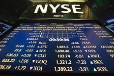 Логотип Нью-Йоркской фондовой биржи на фоне табло с котировками в Нью-Йорке 30 июля 2013 года. Американские фондовые рынки выросли в среду за счет высоких продаж автомобилей в США и ожиданий инвесторов, что Вашингтон не развернет полномасштабную военную кампанию в Сирии. REUTERS/Lucas Jackson