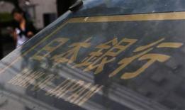 A Tokyo. La Banque du Japon a délivré un diagnostic plus optimiste sur la reprise de l'économie nippone mais elle a maintenu, comme attendu, sa politique d'assouplissement monétaire massif en constatant qu'elle commençait à porter ses fruits. /Photo prise le 5 septembre 2013/REUTERS/Yuya Shino