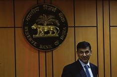 La roupie et les actions indiennes ont fortement rebondi jeudi, l'annonce par le nouveau gouverneur de la banque centrale de mesures destinées à soutenir la devise nationale et à ouvrir davantage le pays aux investisseurs étrangers ayant déclenché un regain de confiance sur les marchés. Raghuram Rajan, l'ex-économiste en chef du Fonds monétaire international, a pris officiellement ce jeudi les rênes de la Reserve Bank of India (RBI). /Photo prise le 4 septembre 2013/REUTERS/Danish Siddiqui