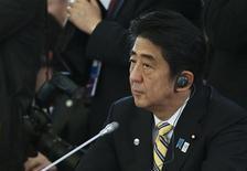 El primer ministro de Japón, Shinzo Abe, durante la primera sesión de la cumbre del G-20 en el palacio Constantino en Strelna, Rusia, sep 5 2013. Abe dijo el jueves durante la cumbre del G-20 que Tokio apunta a alcanzar una expansión económica y reformas fiscales con su agenda de políticas pro crecimiento, pero no se pronunció sobre una decisión pendiente para una planeada alza en el impuesto a las ventas. REUTERS/Sergei Karpukhin