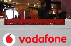 Après la cession pour 130 milliards de dollars à l'américain Verizon Communications de sa participation dans leur filiale commune Verizon Wireless, Vodafone est prêt à consacrer une large part de son plan d'investissement de six milliards de livres (7,1 milliards d'euros) à l'Italie, déclare son directeur général Vittorio Colao dans un entretien publié vendredi par Il Corriere della Sera. /Photo d'archives/REUTERS/David W Cerny