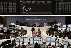 Les Bourses européennes sont en léger recul à mi-séance vendredi dans l'attente de la publication des chiffres de l'emploi aux Etats-Unis pour le mois d'août, jugés déterminants pour l'orientation de la politique monétaire américaine. À Paris, le CAC 40 reculait de 0,17% vers 10h50 GMT. À Francfort, le Dax cédait 0,15% et à Londres, le FTSE 0,16%. L'indice paneuropéen EuroStoxx 50 était stable. /Photo prise le 6 septembre 2013/REUTERS/Remote/Stringer